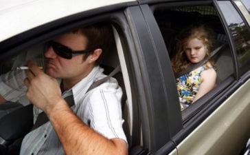 Lo negativo de fumar dentro del coche