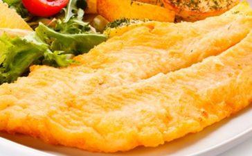 Filet de pescado a la milanesa con niditos de papas