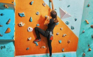 Hacer actividad física escalando en palestra