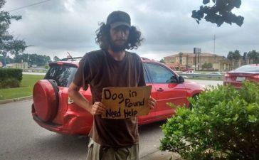 Un indigente logró llamar la atención al llevar en sus manos un cartel, lo que solicitaba era asombroso
